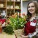 Femme fleuriste boutique